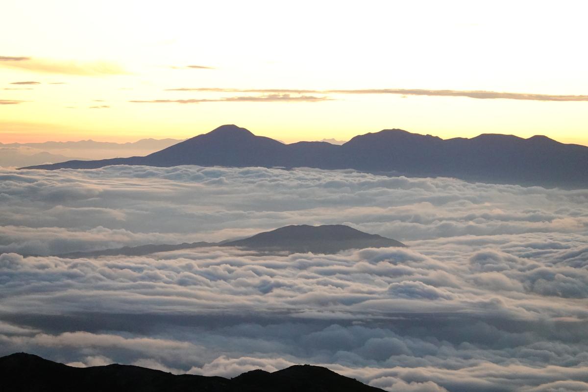 朝焼けの雲海。ズームすると雲たっぷりな感じに。ISOを戻すのを忘れて、ガビガビな写真に。。。8倍ズーム。
