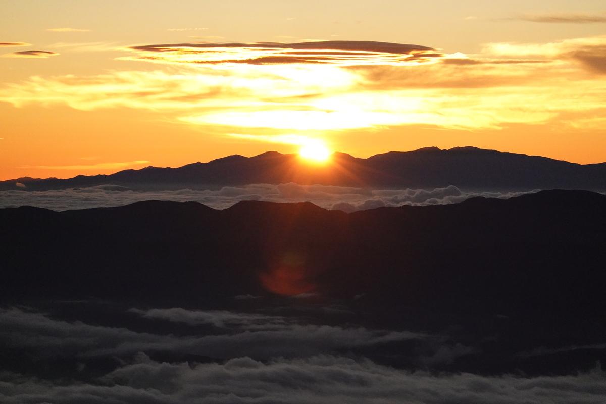 山頂からの御来光。これもISOが。。。でもオレンジの光は綺麗。8倍ズーム。