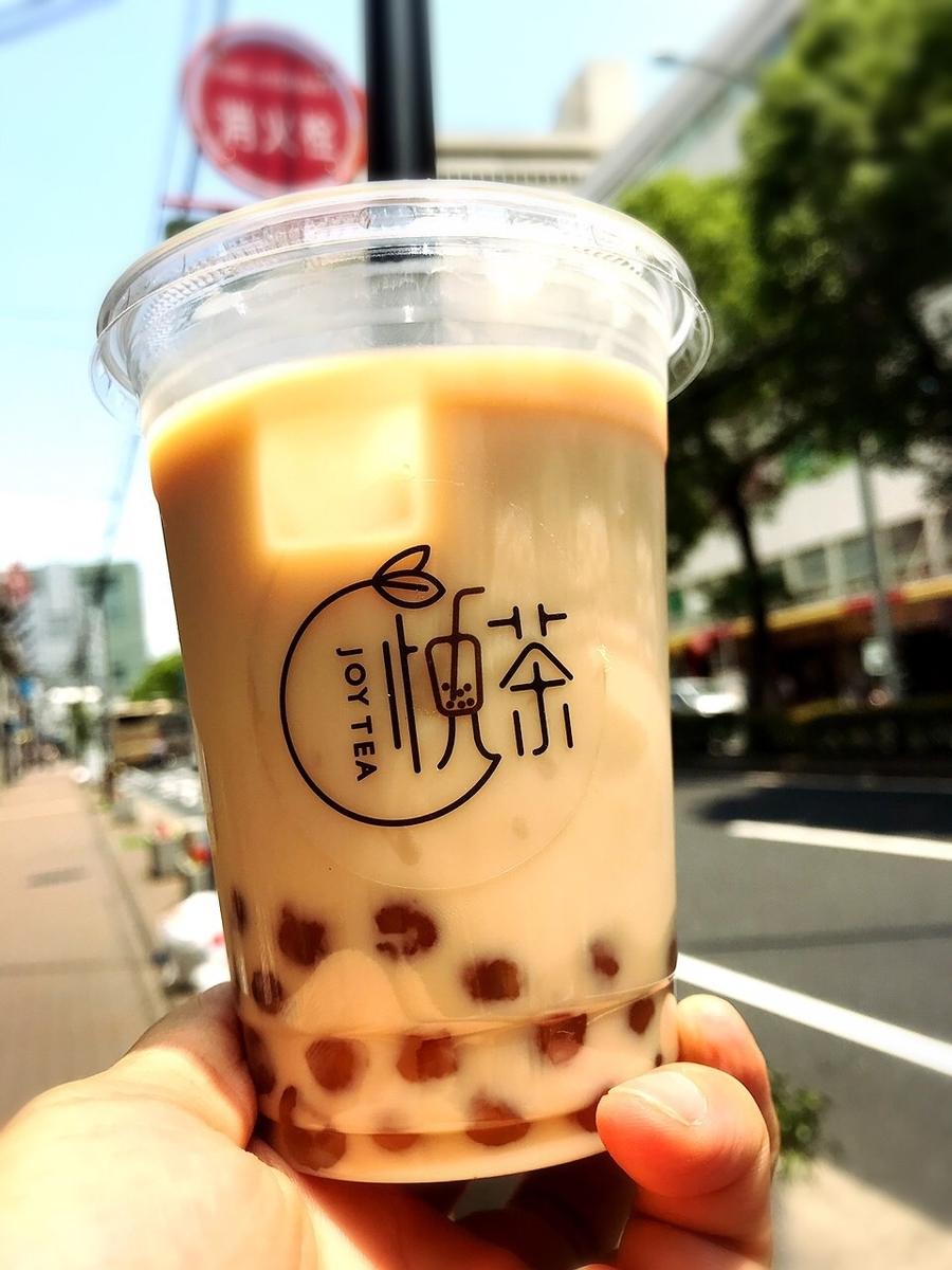 """「悦茶 JOYTEA」でいただいた1番人気「紅茶琥珀タピオカミルクティー(Mサイズ)」""""500円(税込)"""