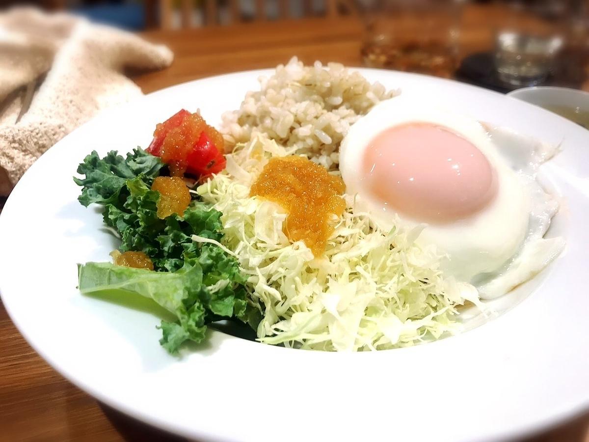 """「POKE POKE Cafe(ポケポケカフェ)」でいただいた「モチモチご飯のロコモコ風」""""1280円(税込)"""