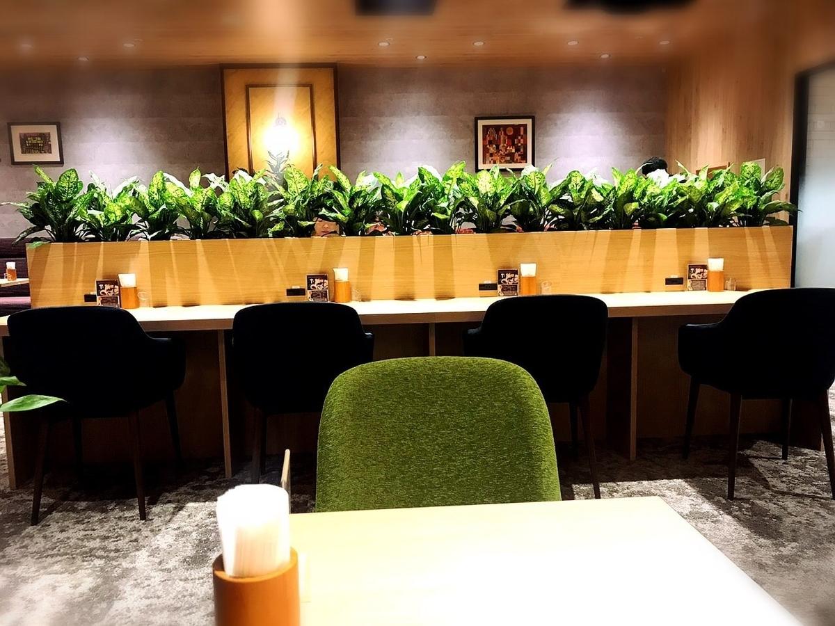 「カフェルノアール(Cafe Renoir)吉祥寺北口」はカウンター席にコンセントあり