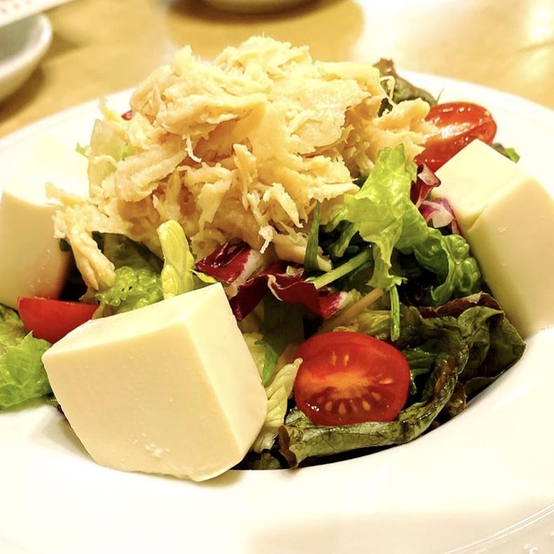 """「洋食屋 POND」でいただいた「蒸し鶏と豆腐のサラダ」""""650円(税別)"""