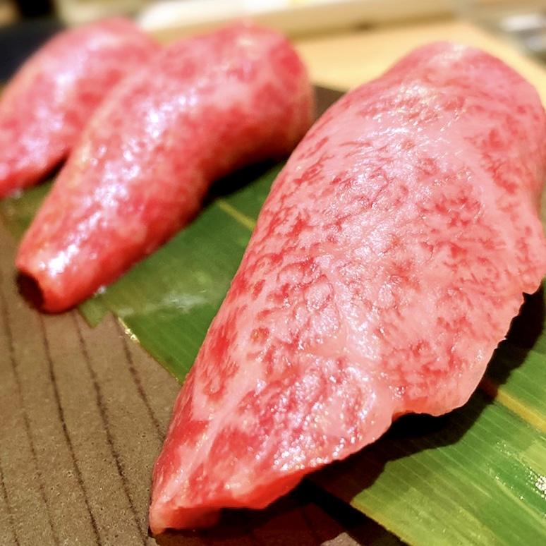"""「お肉屋 けいすけ 三男坊」でいただいた「高森和牛の炙り寿司」""""1000円(税別)"""