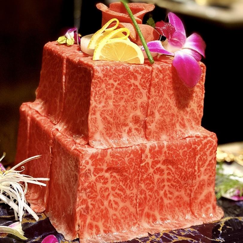 """「焼肉薩摩牛旬」でいただいた「薩摩黒牛肉ケーキ(2段)」""""7000円(税別)"""