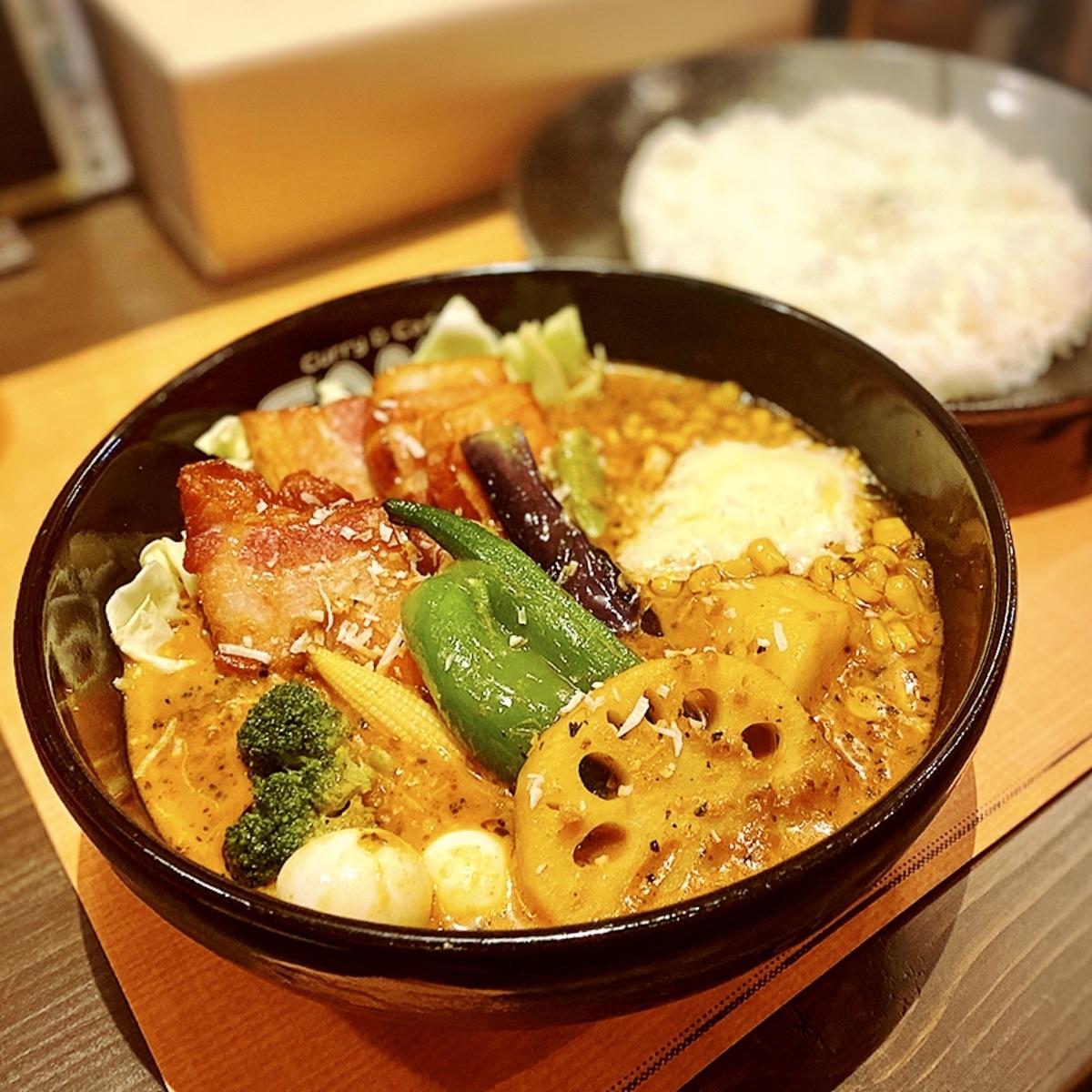 スープの甘みがまろやか!「SAMA 吉祥寺」のパリパリチキンのスープカレー