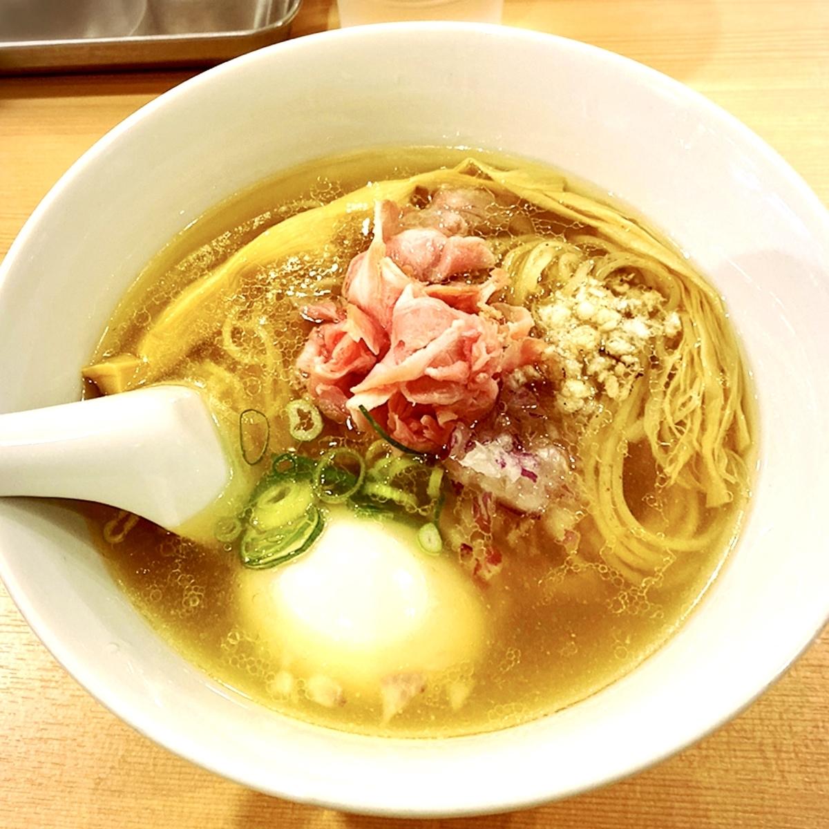 すっきりと美しい金色スープが魅惑的「鳳仙花」