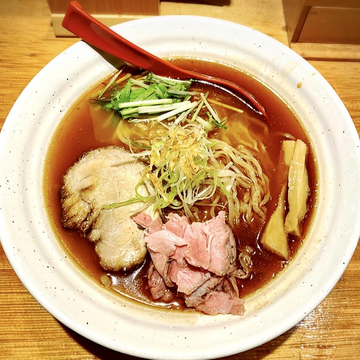 あごだしの香りが食欲をそそる「焼きあご塩らー麺 たかはし 新宿本店」