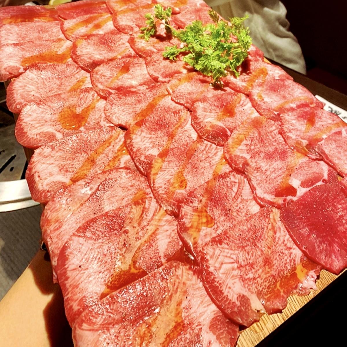 """「牛の蔵 大門店」でいただいた「牛タン絨毯一面焼き」""""4400円(税別)"""