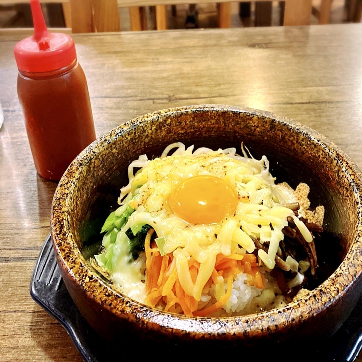 """「洋食屋 POND」でいただいた「チーズ石焼ビビンバ」""""1180円(税込)"""