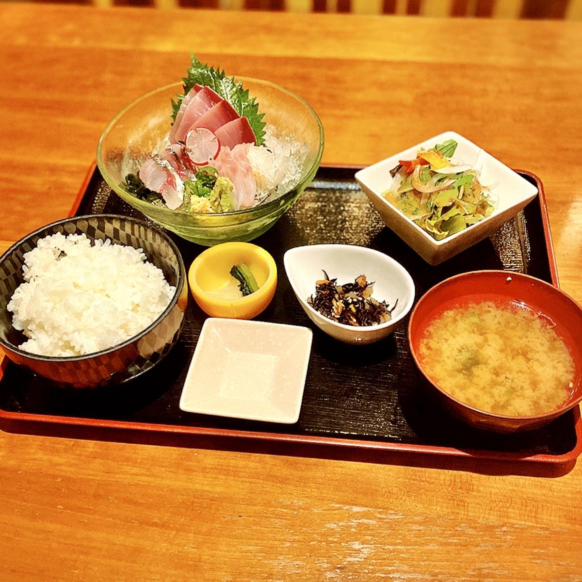 """「猿蔵」でいただいた「お刺身定食」""""830円(税別)"""