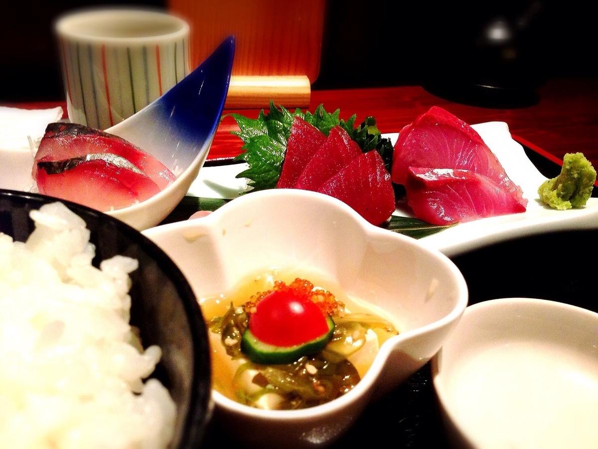 吉祥寺で三味線の音色と共に和定食ランチが堪能できる新潟料理の居酒屋「魚猿(定食)」※お刺身や定食、ひとりやデート、~1000円