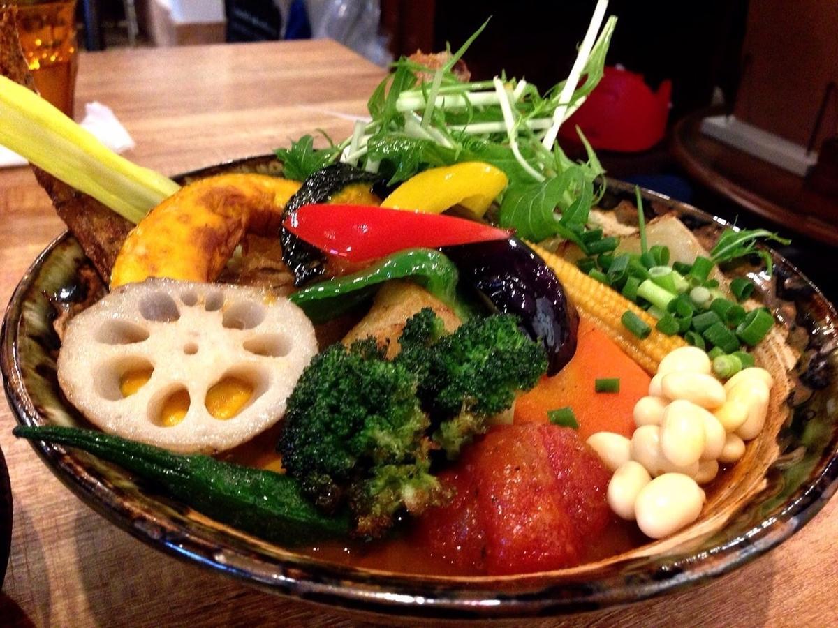 野菜たっぷりのスープカレーをランチで楽しめる「Rojiura Curry SAMURAI. 吉祥寺店(スープカレー)」※テラスあり、女子会やデート、1000~2000円