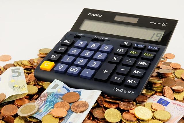 お金を電卓で計算している