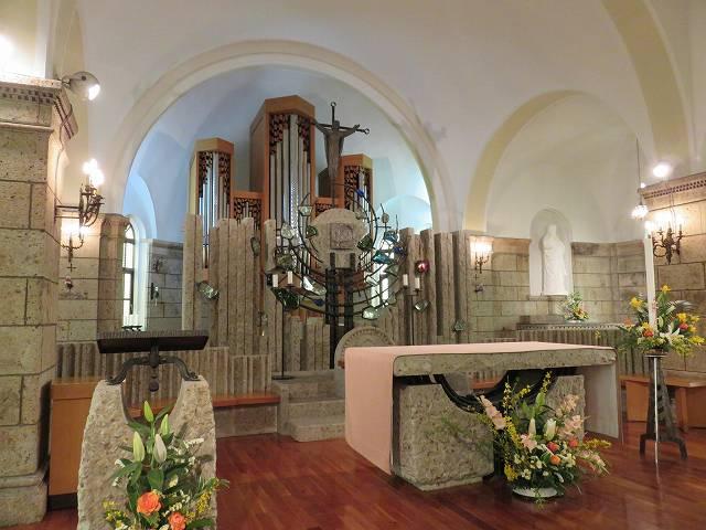 カトリック松が峰教会の内部