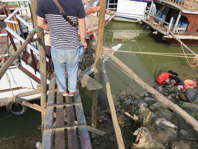 ミングォン行きの船に乗り込む