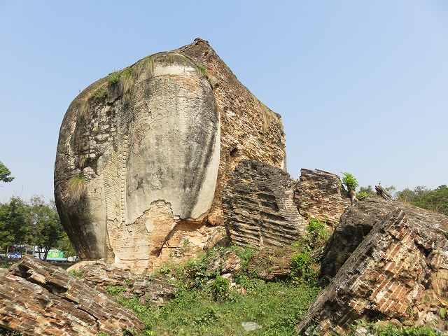 ミングォン・パヤーの入り口前のライオン像