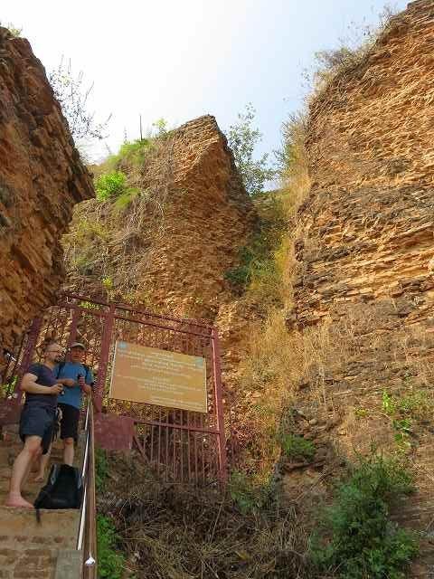 ミングォン・パヤー横の外階段を登り切ったところ