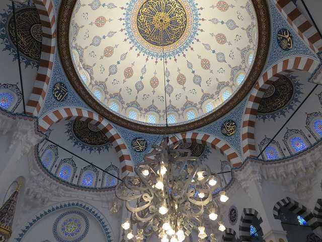 東京ジャーミィの2階の礼拝堂の天井