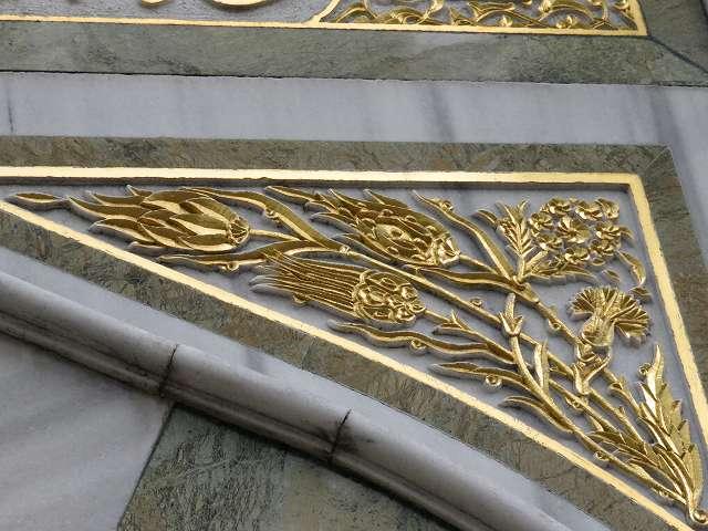 東京ジャーミィ1階入り口横の蛇口のうえ部分の装飾