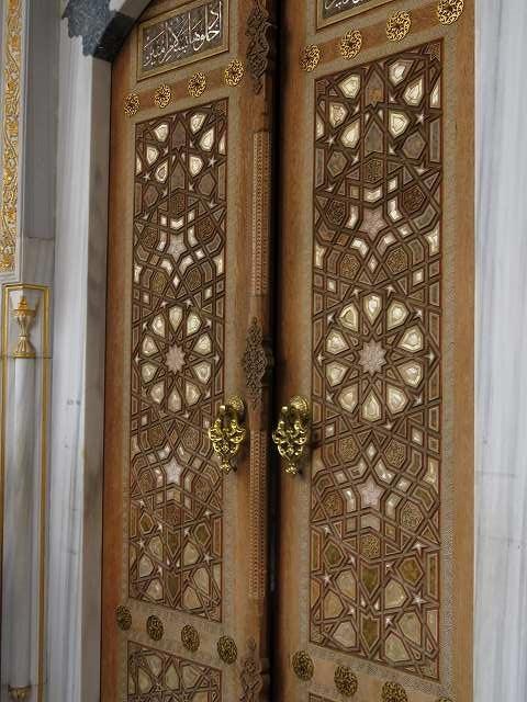 東京ジャーミィ2階礼拝堂入り口の扉