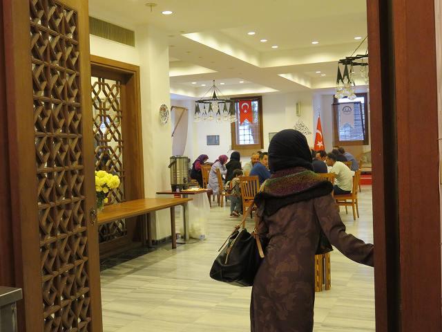 東京ジャーミィ1階の多目的ホール