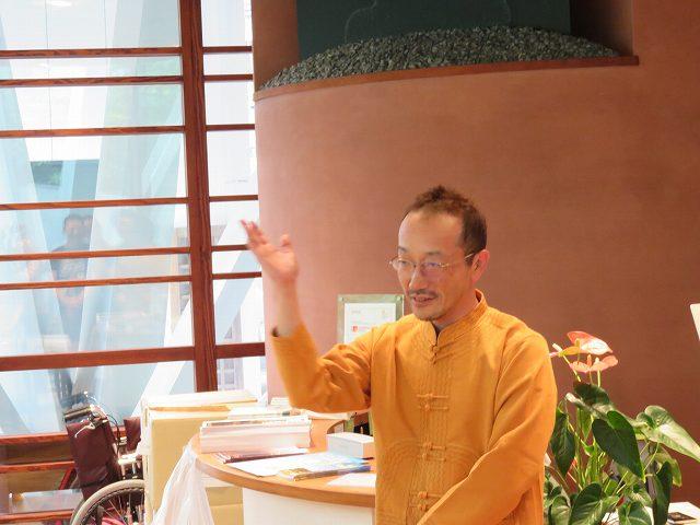 ゴールデンバガンランチセミナーで話すノンフィクション作家の高野秀行さん