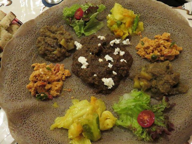中目黒のエチオピア料理店「クイーン・シーバ」のインジェラと煮込み料理