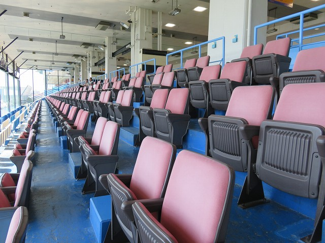 三国競艇場1階のシート