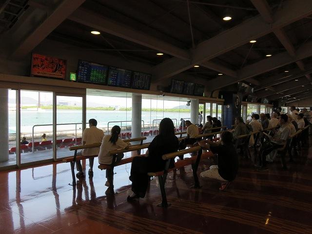 桐生競艇場1階のサポートベンチ