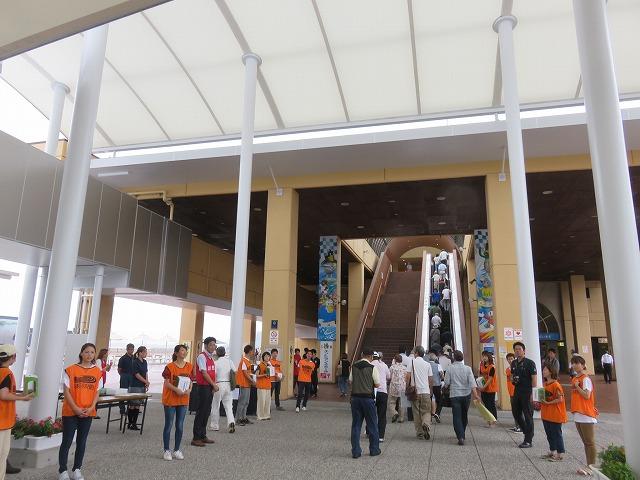 児島競艇場入り口で競艇選手たちによる倉敷市西日本豪雨災害支援募金活動