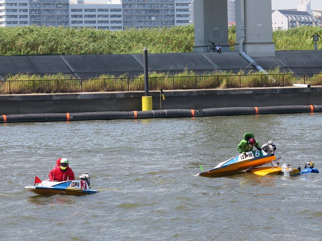 江戸川競艇場でボートが転覆