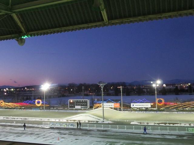 夜のばんえい帯広競馬場のプレミアムラウンジからの眺め