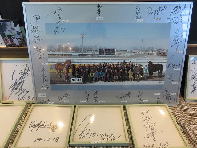 映画「雪に願うこと」の出演者の写真とサイン