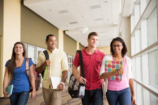 大学生の男女グループの画像