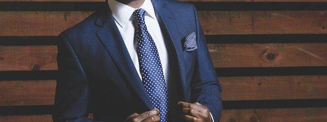 スーツを着ている若い男性