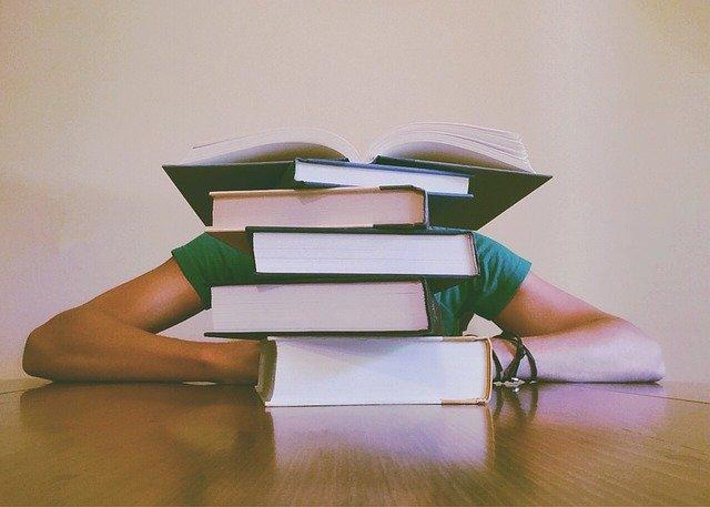 勉強に飽きて居眠りする男子大学生