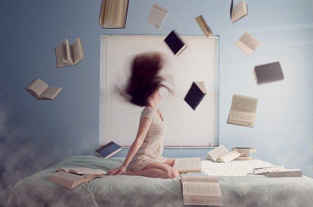 勉強に疲れてイライラしている女子大生