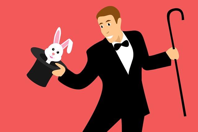 一発芸で帽子からウサギを出す男性
