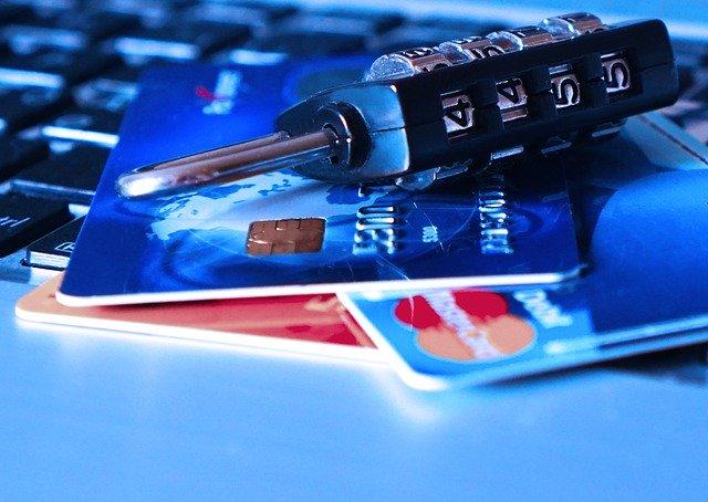 クレジットカードが不正利用されるイメージ