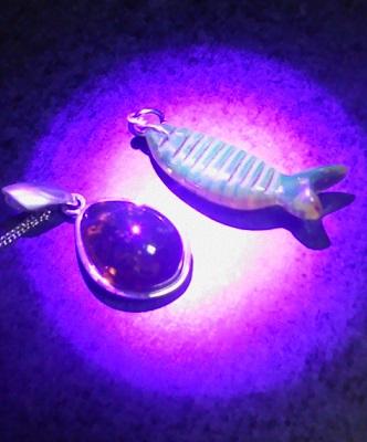 ブルーアンバーは紫外線で光る