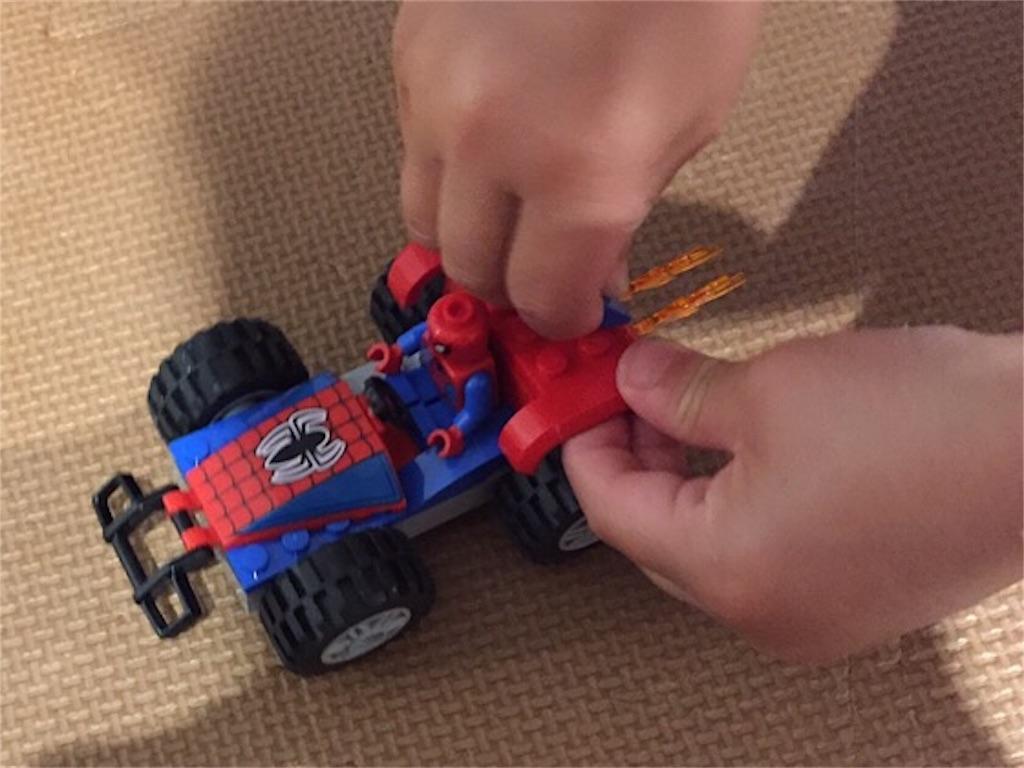 レゴで遊ぶ3歳児