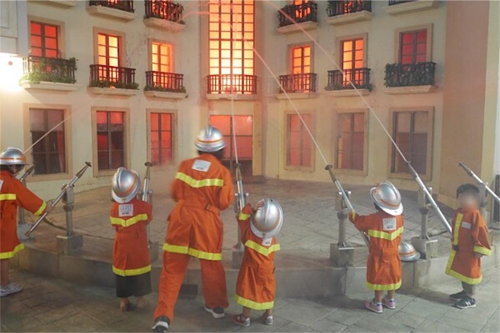 キッザニアで消火活動