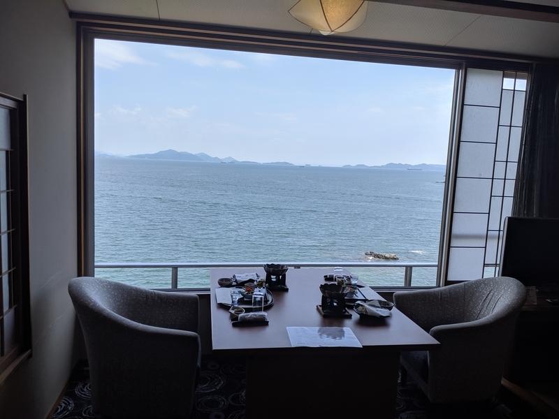 ホテル鴎風亭、お部屋食はなんと窓際のテーブルに用意していただけて。まじで海だらけで感動したっ。