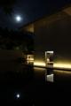 鈴木大拙館 水鏡の庭に映る月