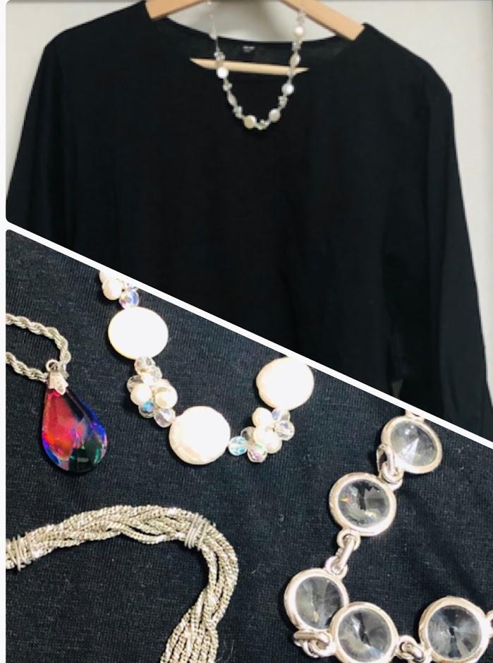 シンプルな服でもアクセサリーで雰囲気を変えて…
