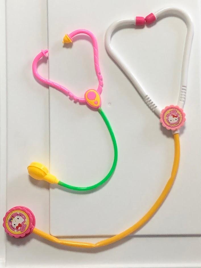 「ハローキティお医者さんセット」の聴診器と100均の聴診器