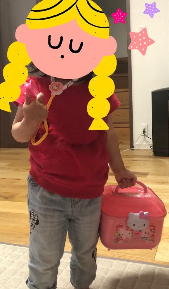 「ハローキティお医者さんセット」で遊ぶ2歳娘
