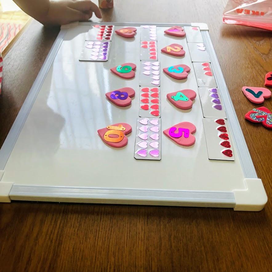 100均材料で手作りした数字盤で遊ぶ様子