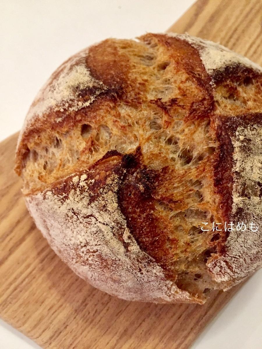 フタ付きの耐熱容器に入れて焼いた、天然酵母パン。