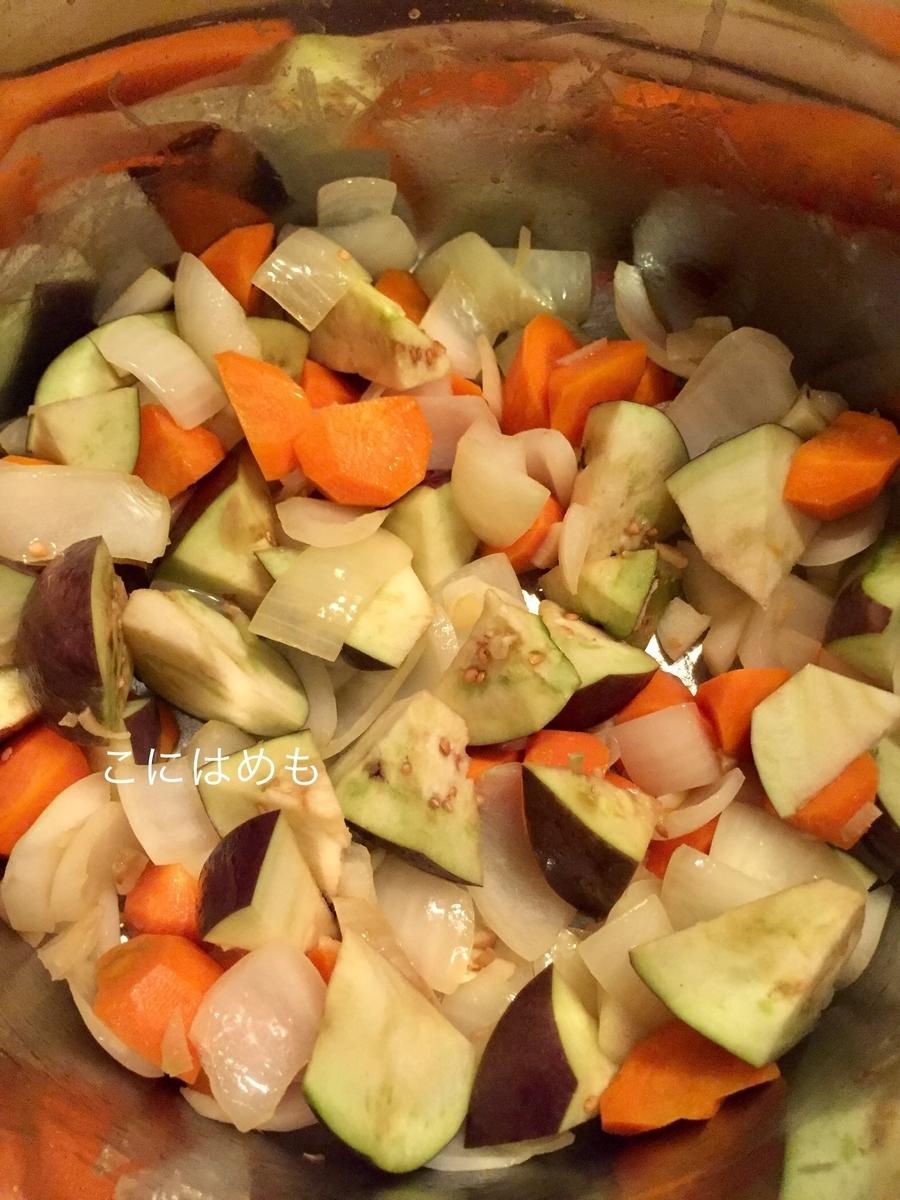 にんにく、生姜、玉ねぎ、人参、ナスを炒める。